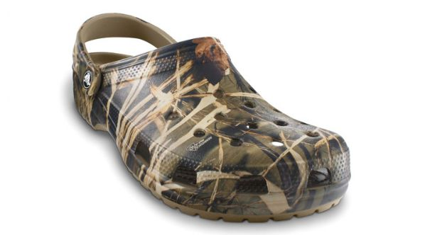 24b9fbc037008 Crocs Classic Realtree Clog - Classic Clog Shoe with Authentic Camouflage  Print
